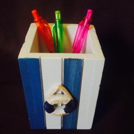 Medinė pieštukinė su gelbėjimo ratu